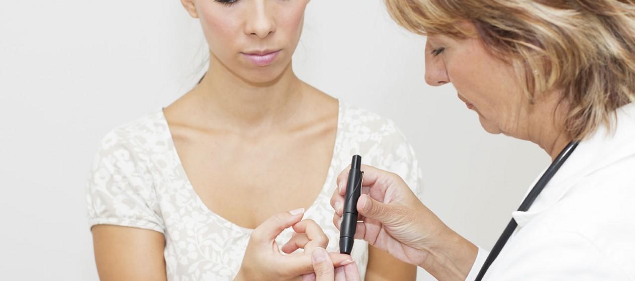 Få mest muligt ud af dit blodsukkerapparat, kvinde foretager blodsukkermåling