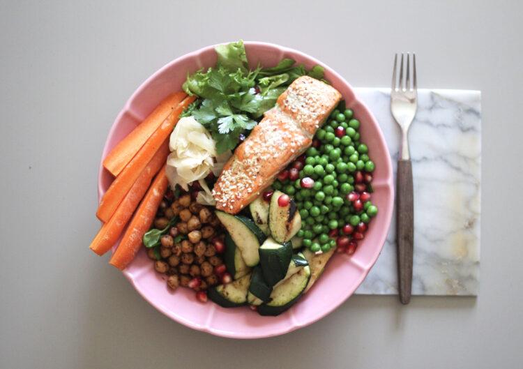 Sesamlaks med kikærter og grøntsager