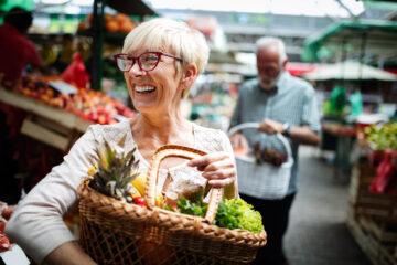 Ældre par køber mad. Mennesker med diabetes kan forbedre deres helbred gennem kosten