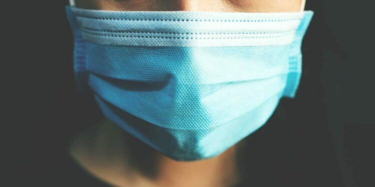 Pandemien er ikke ovre, mand med ansigtsmaske