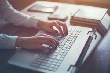 Stil krav! Hænder på tastaturet