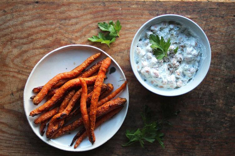 Yoghurtkikærter og grillede gulerødder