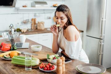 Kvinde laver blodsukkervenlige mellemmåltider