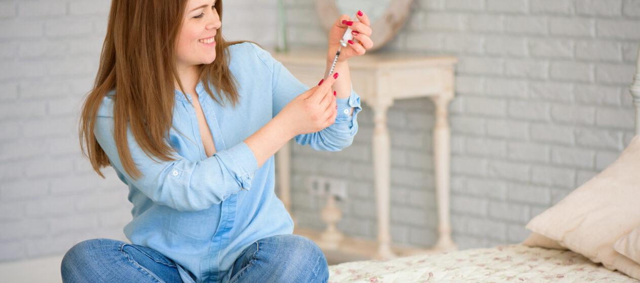 Kvinde med insulin sprøjte. Hvorfor vælger jeg sprøjte frem for pumpe?
