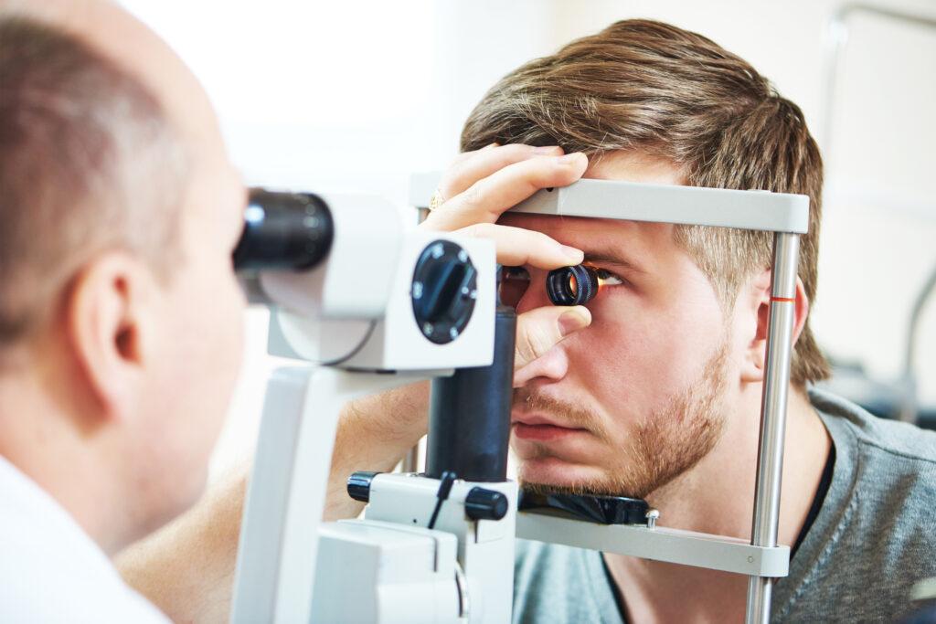 Mand hos øjenlæge. Forebygge øjenkomplikationer: Sådan passer du bedst på dine øjne