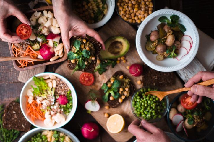 Bord dækket med vegetarisk mad. Vælg vegetarprodukter! Sådan har det virket for Kristi.
