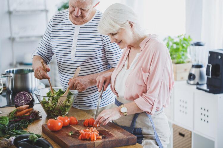 5 gode tips til et mere stabilt blodsukker, ældre par lager mad.