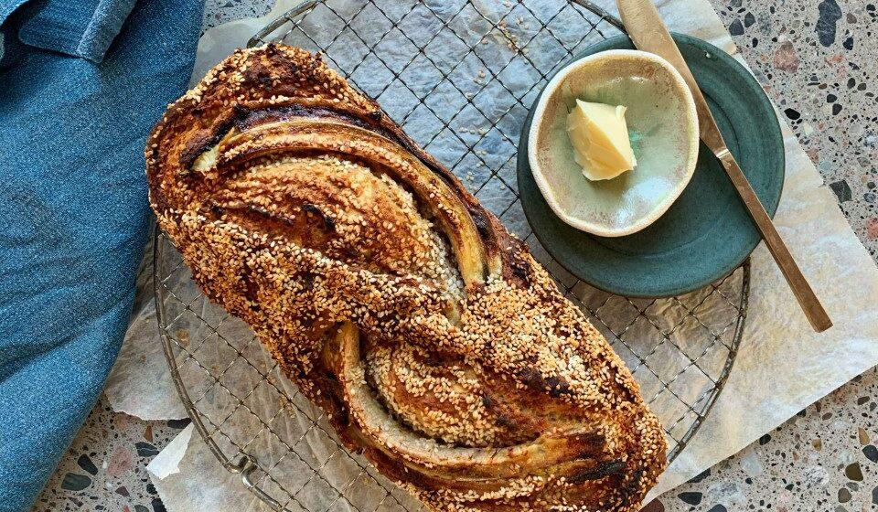 Bananbrød med æble og sesam