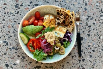 Frokostsalat med spejlæg og stegt ostetortilla