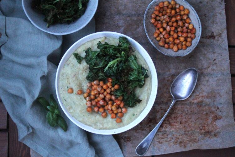 Suppe af knoldselleri med ristede kikærter og grønkålschips