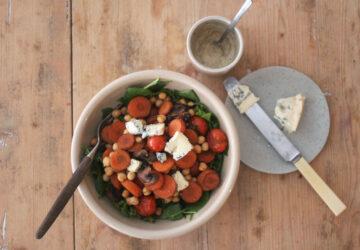 Salat med kikærter, stegte grøntsager, blåskimmelost og sennepsdressing