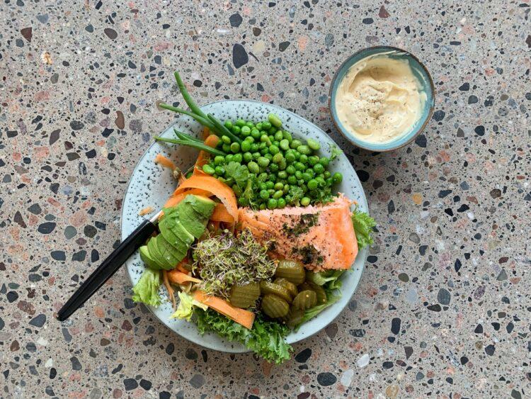 Salat med bagt laks og sennepsdressing