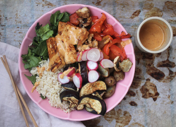 Asiatisk salat med tofu og jordnøddesauce