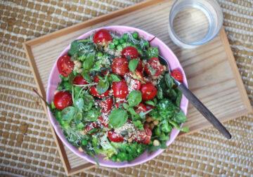 Grøn salat med ærter og broccoli